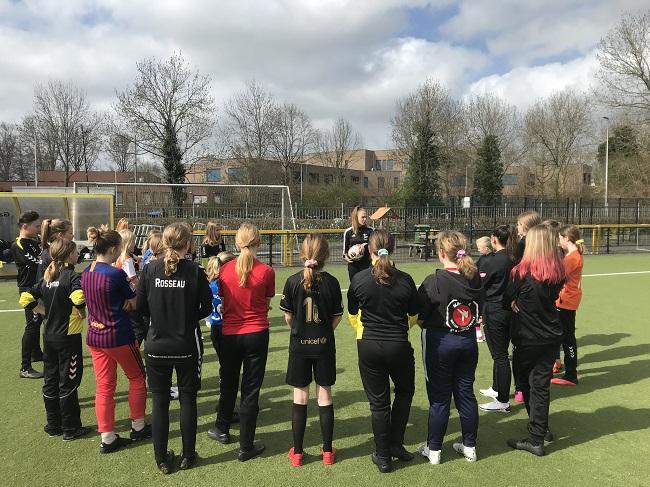 Meiden MO13 krijgen training van Lauri Weijkamp
