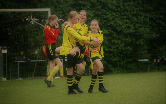 De meiden van SV Zwolle MO13-2 zijn weer los